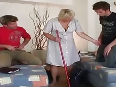 Cur� - Granny gets fucked by a couple of guys