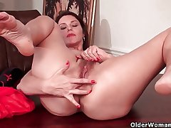 Sexy milf with big tits plant the brush muted pussy